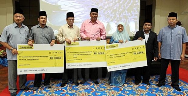 ABD. MUTALIB ABD. RAHIM (empat dari kiri) bersama pembayar wakaf dalam majlis Pelancaran dan Perasmian Projek Saham Wakaf Johor Ke 9 dan Wakaf Mesin Hemodialisis di Pusat Perlindungan Wanita MAIJN Johor di Taman Perling, Johor Bahru, semalam. – UTUSAN/RAJA JAAFAR ALI