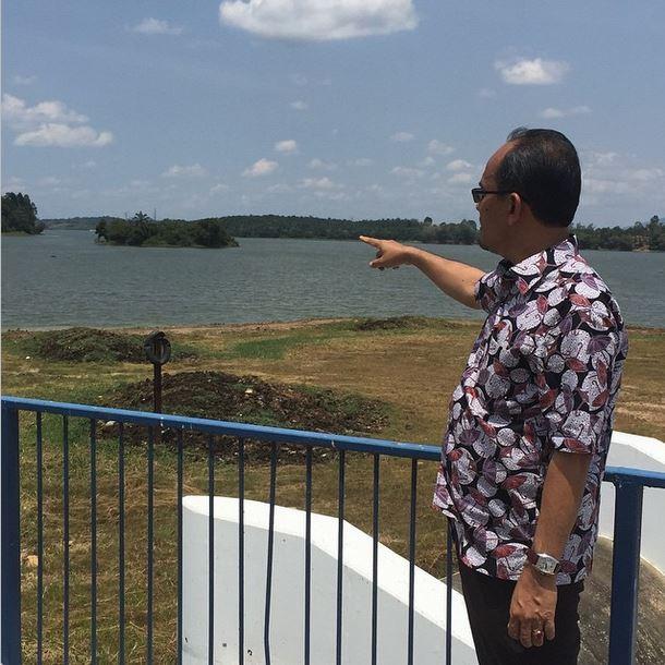 YB Md Jais Sarday, ADUN Mahkota meninjau sekitar Empangan Sembrong Barat.